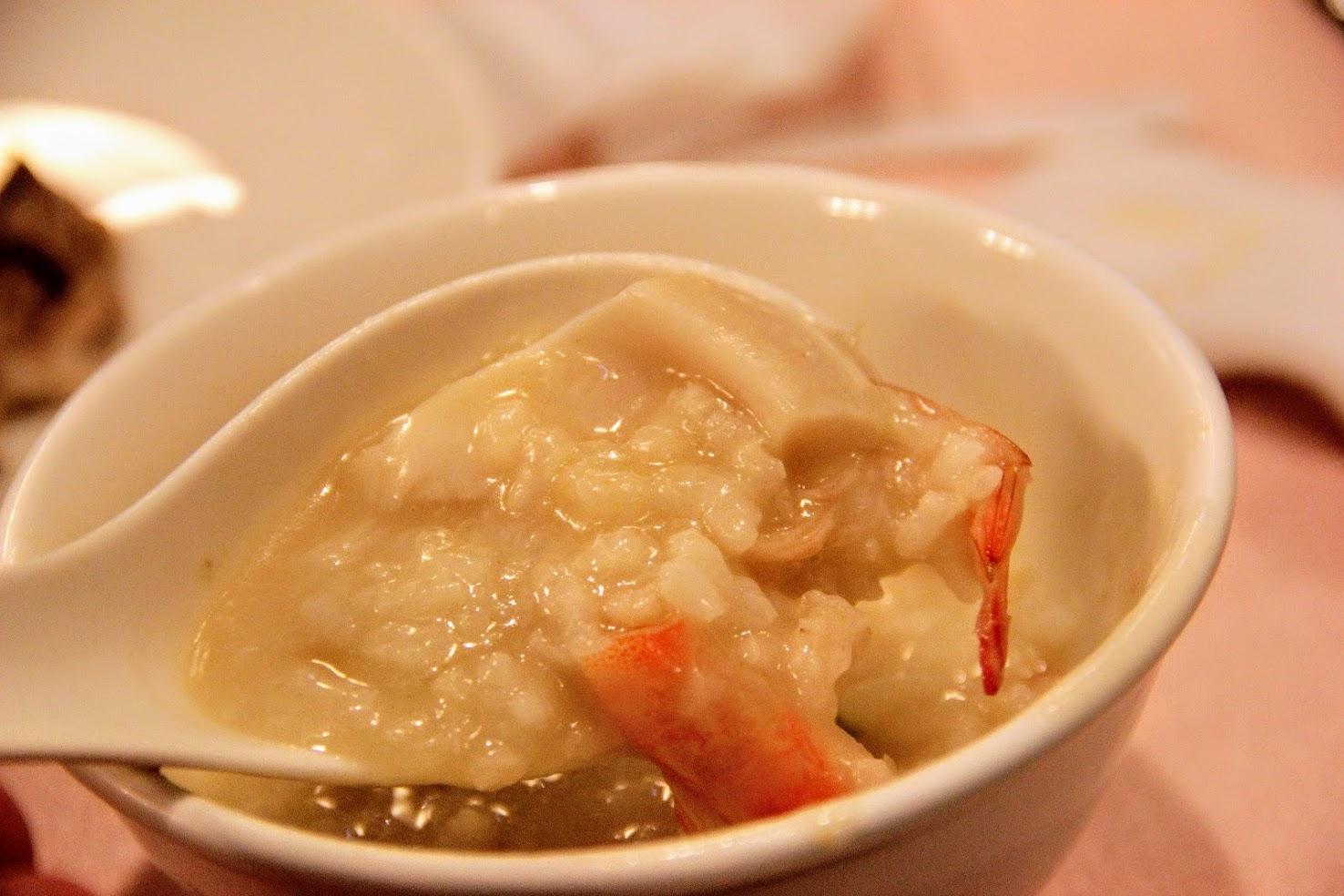 鮑魚粥,裏頭就變成鮑魚塊囉! 跟蟹膏粥相比,鮑魚粥清淡許多,也少了點甜味,不過還是不錯吃