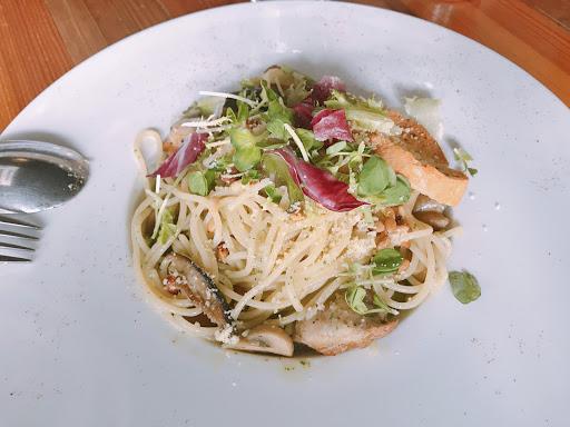 鯷魚青醬雞腿麵😘 空間很大 平日午餐來很舒服~ 中式餐點cp值高 可以續3樣小菜一次 飯無限加!