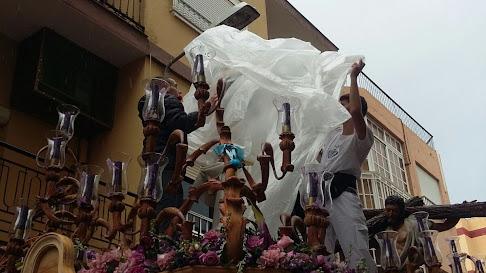 Imagen de Juan Francisco Escámez que muestra al Cristo siendo protegido.