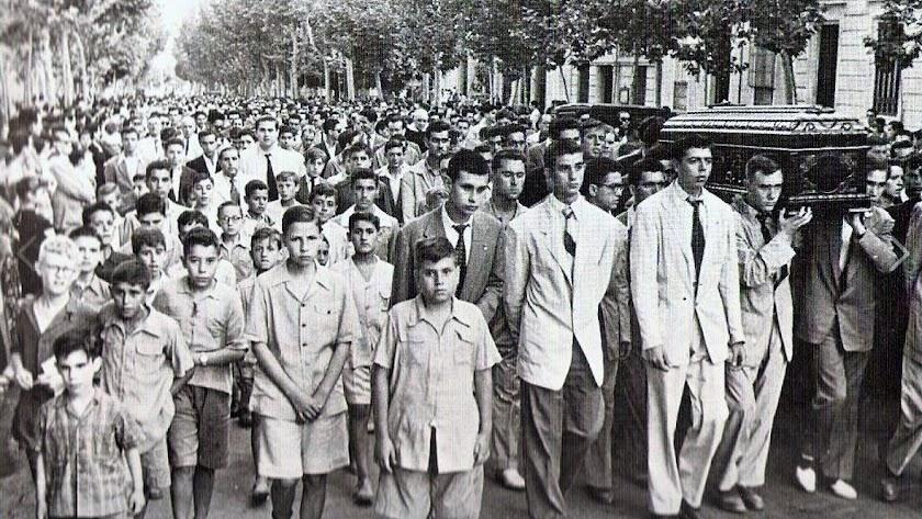 Entierro de Celia Viñas en junio de 1954, recorriendo el Paseo de Almería sus antiguos alumnos.