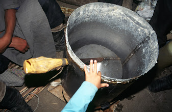 Photo: 03357 ナムジ家/アルヒ(蒸留酒)作り/馬以外の家畜の乳を発酵させ蒸留した酒