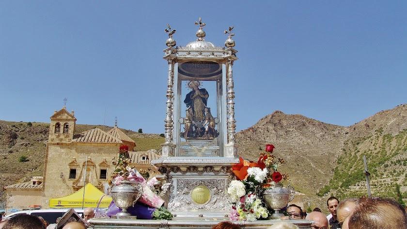 Procesión de la Virgen del Saliente con el santuario al fondo el pasado año.