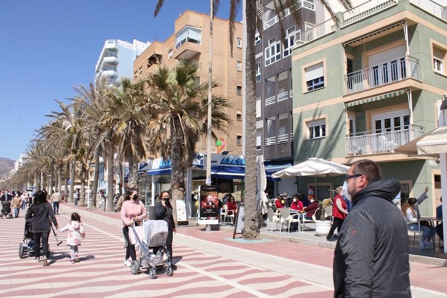 Las terrazas de los establecimientos hosteleros se llenaron de almerienses.