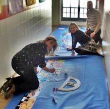 Photo: Las maestras y maestros montamos los murales -Belén, Ana y Raúl-