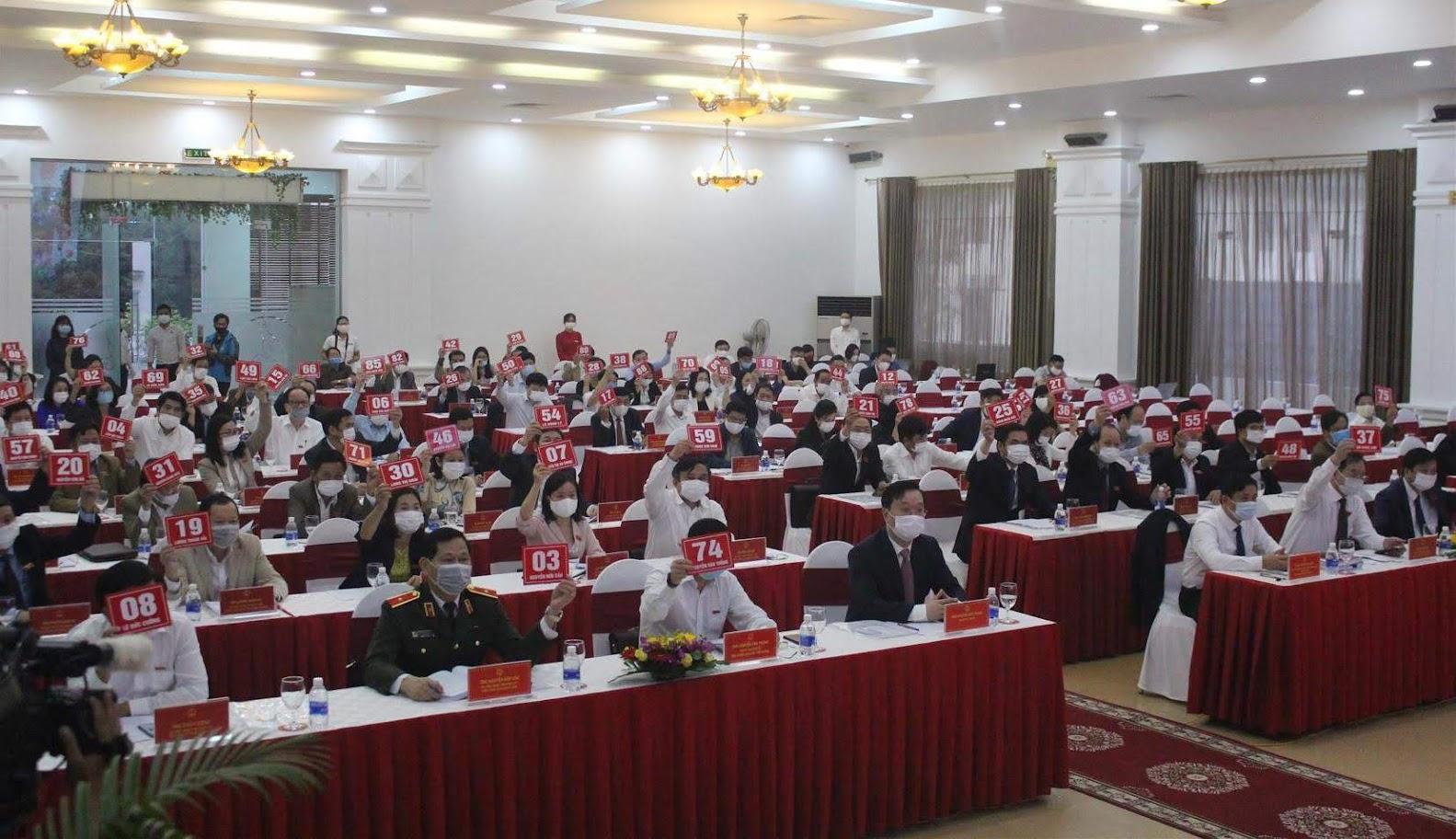Các đại biểu quyết thông qua Nghị quyết xác nhận bầu bổ sung Chủ tịch UBND tỉnh đối với ông Nguyễn Đức Trung