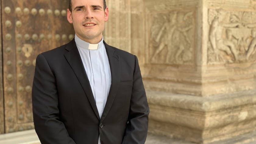 Carlos María Fortes, ante la Catedral de Almería.
