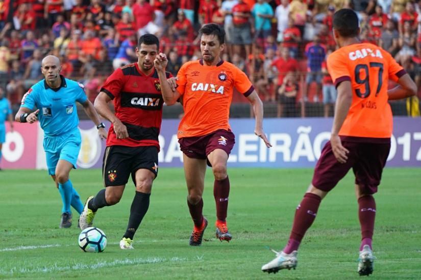 https://www.tribunapr.com.br/wp-content/uploads/sites/1/2017/07/diego-souza-marcou-de-penalti-o-gol-do-sport-sobre-o-atletico-825x550.jpg?a86372