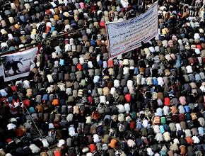 Photo: Manifestantes egipcios rezan en la plaza Tahrir durante la manifestación bautizada «El viernes de la última oportunidad» Fotografía: ANDRE PAIN | REUTERS