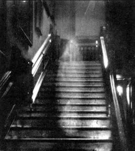 Aparición de la dama gris en una escalera en el Castillo Glamis