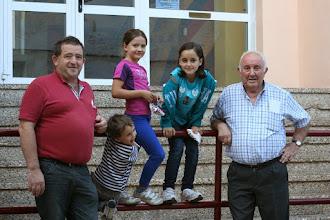 Photo: José Ramón Martínez y Julio Sesma con algunos de los niños que han acudido al homenaje en las escuelas públicas, que conservan la planta baja erigida con la República.  Foto: Visualiza.info (CC-By-Sa)
