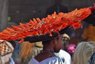 """Photo: Federhut Der """"Hut"""" besteht aus Federn - entweder von Vögeln oder Hähnen -, die in einem Bastteil verankert sind."""