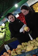 Photo: Beperkant milžiniškas kriaušes su Kristina.  Buying massive pears with Kristina.