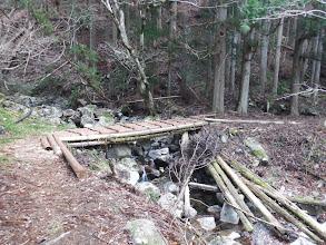 新造の橋を渡る