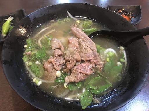 當天點的生牛肉河粉,麵煮的稍Q,喜歡吃軟一點的可以煮久一些,生牛肉軟嫩還算新鮮,但湯頭一般!