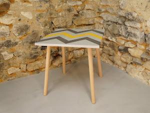 Table d'appoint en béton ciré de couleurs plume acier et moutarde avec motif aztèques et au pied style scandinave en bois