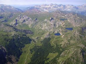 Photo: Vision aérienne sur la vallée du gave de Bious et les lacs d'Ayous. En arriére plan la Sierra de la Partacua dominée par la Pena Telera 2762m (Espagne). A gauche à l'horizon la valle de Tena (Sallent de Gallego).