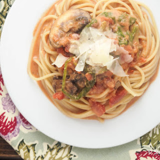 Creamy Spinach, Tomato, and Mushroom Pasta