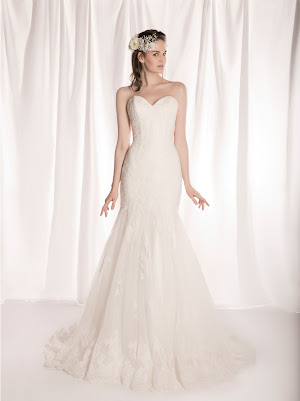 Robe de mariée sirène Féodora en dentelle et tulle, bustier décolleté coeur, petits boutons au dos, près du corps, taille bien marquée, silhouette très féminine