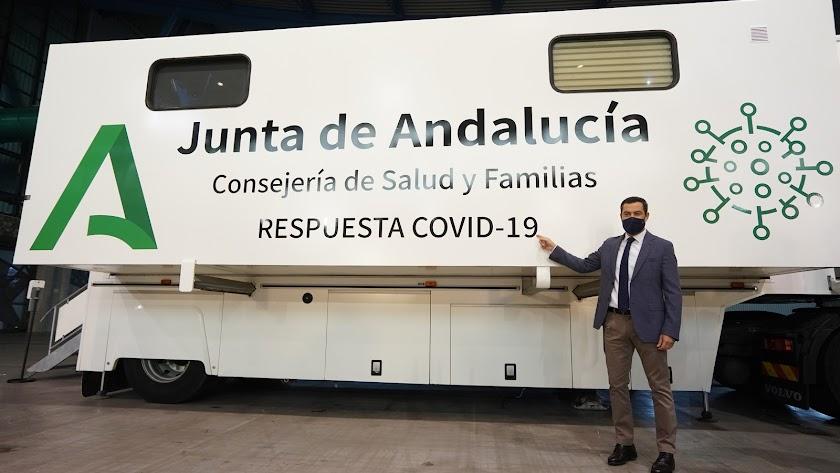Juanma Moreno presenta el vehículo.