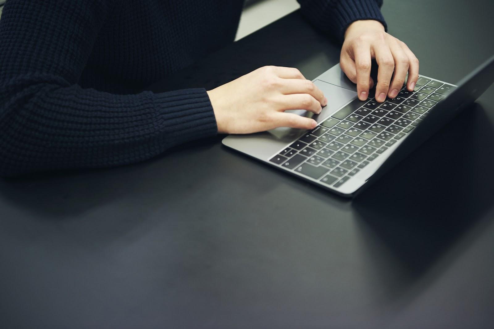 手元とMacBook