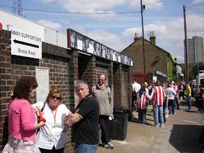 Photo: Griffin Park, het stadion van Brentford ligt midden in een woonwijk.