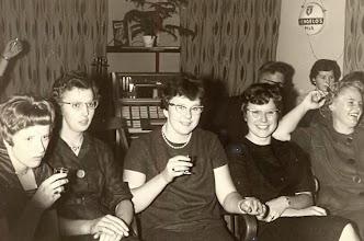 Photo: Seichien Oosting, Lammie Enting, Jantje Vedder, Harmpje Sloots, Geertje Lanjouw rechts achter Jantje Rabs