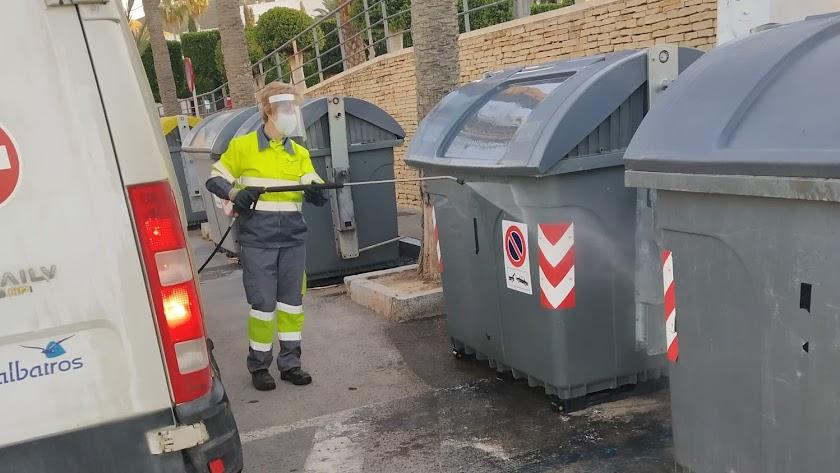 Desinfección de uno de los contenedores.