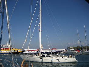 Photo: Blue Siesta limandan ayrılıyor.  Blue Siesta is leaving the Aiginia harbor.