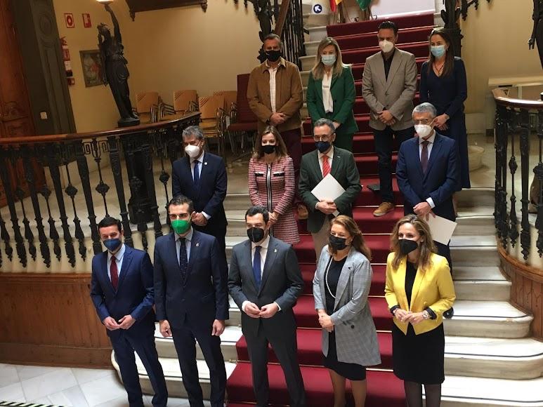 Juanma Moreno con representantes de administraciones almerienses y de la agricultura.
