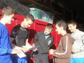 Photo: Arrivés au local Dorian, Victor, Pierre, Victor et Cédric prennent connaissance du programme