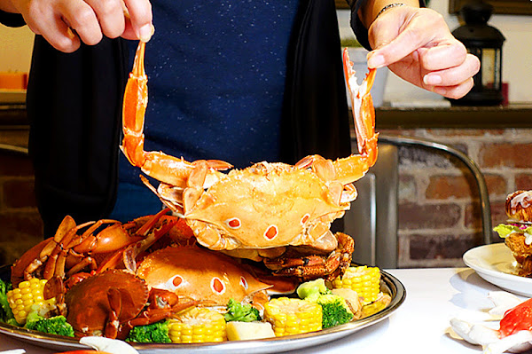Fidèle妃黛美式海鮮餐廳 一周只營業四天的台中美式海鮮餐廳,滿滿一大盤的手抓海鮮澎派到痛風也不怕,適合大家一起共享同樂的聚餐美食首選