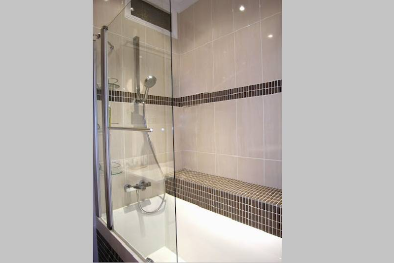 Luxury en-suite bathroom at 2 Bedroom Apartment in Latin Quarter 110 m²