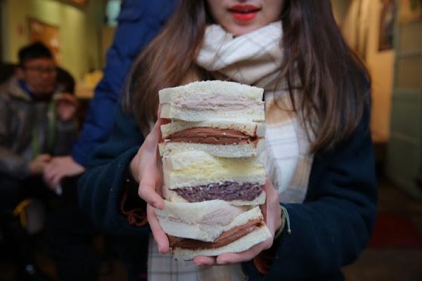鐵三角 碳烤吐司 新竹超飽滿內餡土司,一開門就大排長龍~ · 算命的說我很愛吃