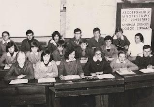 Photo: Klasa VII 1977 78 z wychowawcą klasy P.Genowefą Aksamit.  Zdjęcie udostępnione prze P.Ewe Aksamit.