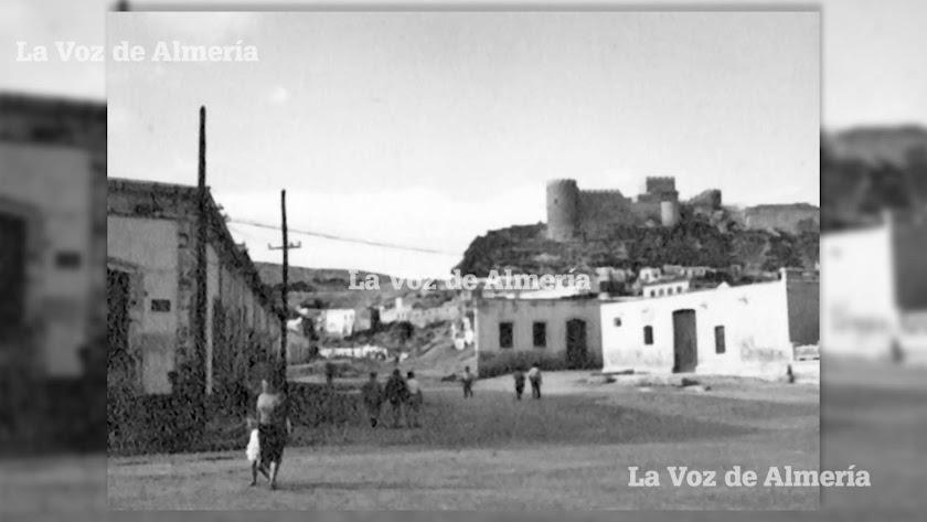 Parte sur de la vieja Rambla de Maromeros (hoy Avenida del Mar), en la zona de cruce con la carretera que iba a Aguadulce.