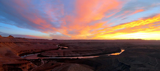 Sunrise panorama over the Green River