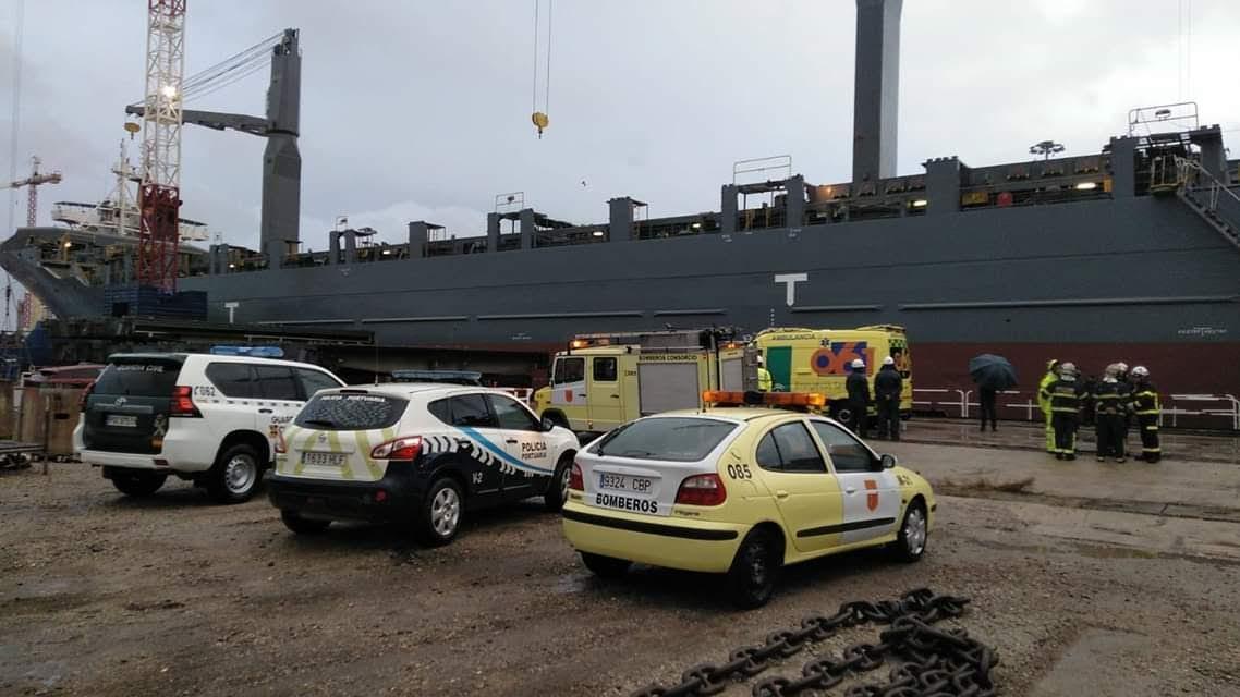 Bomberos del CBPC en la Línea rescatan el cadáver de un trabajador fallecido al caer a la bodega de un barco en San Roque