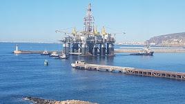 La plataforma petrolífera Ocean Confidence tras amarrar en el Puerto de Almería el pasado abril.
