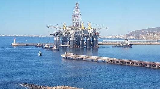 La plataforma petrolífera Ocean Confidence zarpa del Puerto para su último viaje
