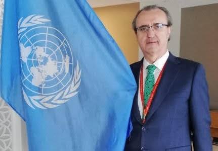 Jesús Miranda, con la bandera de Naciones Unidas