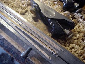 Photo: 3)バットの中削りが終わって仕上げ削りへ。このロッドは見た目には分からないぐらいの、ごく僅かなスウェルをグリップ上側に付けます。