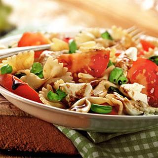 Pastasalade Caprese met tomaat, mozzarella en basilicum