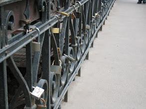 Photo: Uzupion sillalle hääparit kiinnittavat lukon ja heittävät avaimen Vilnia-jokeen