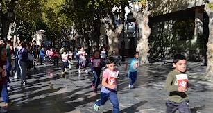 Alumnas/os llegando a la meta en la  XIII Carrera Solidaria colaborando  con Save the Children.