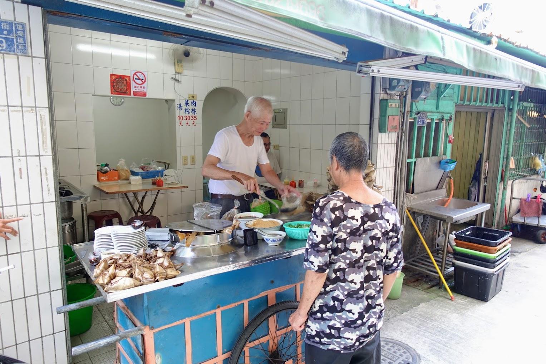 鹽埕菜市場巷弄內的阿伯肉粽,早上時間生意還不錯啊! 而且都是熟客耶