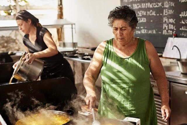 María preparando una de sus famosas paellas. Foto: FotoMojácar.