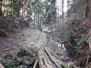 小川沿いの道を進む