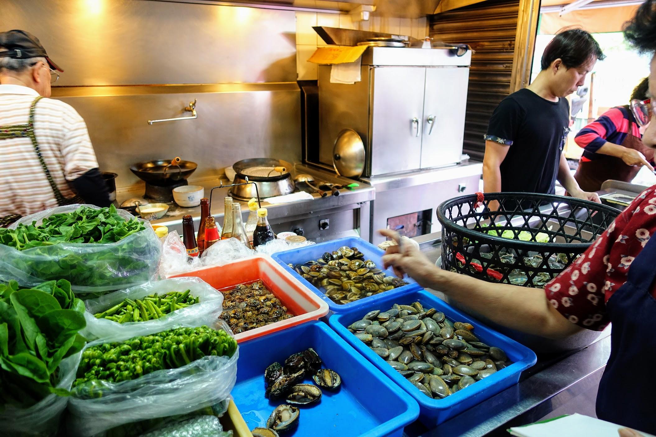 在廚房這邊點菜喔! 海產部分看店家有進哪些來做選擇...