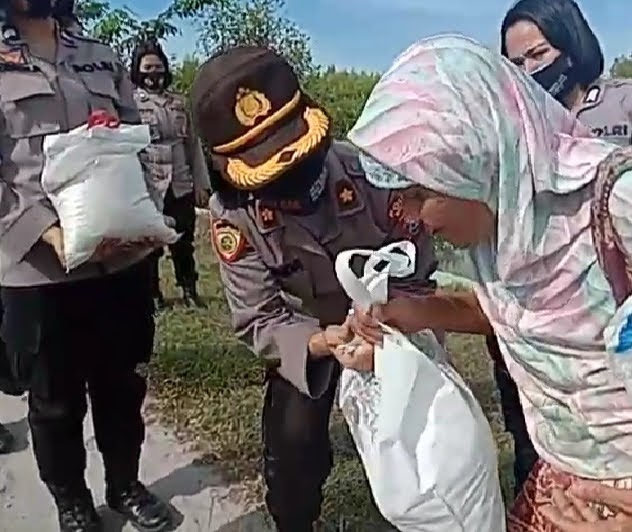 Peringati Hari Kartini Polwan Polres Batu bara Bakti Sosial Kepada Ibu dan Para Janda Tangguh