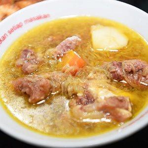 Sop Buntut di Rumah Makan 17 Agustus di Sumenep, Sabtu, (5/3). sejumlah menu masakan di rumah makan tersebut merupakan menu makanan peranakan dengan resep dari turun temurun.